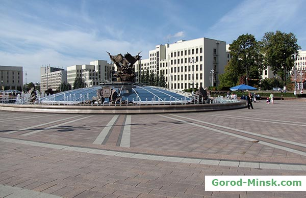 Фонтан в центре площади