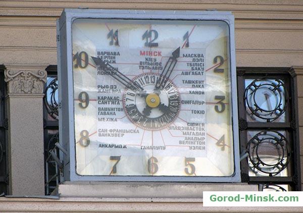 Часы над входом в Главпочтамт